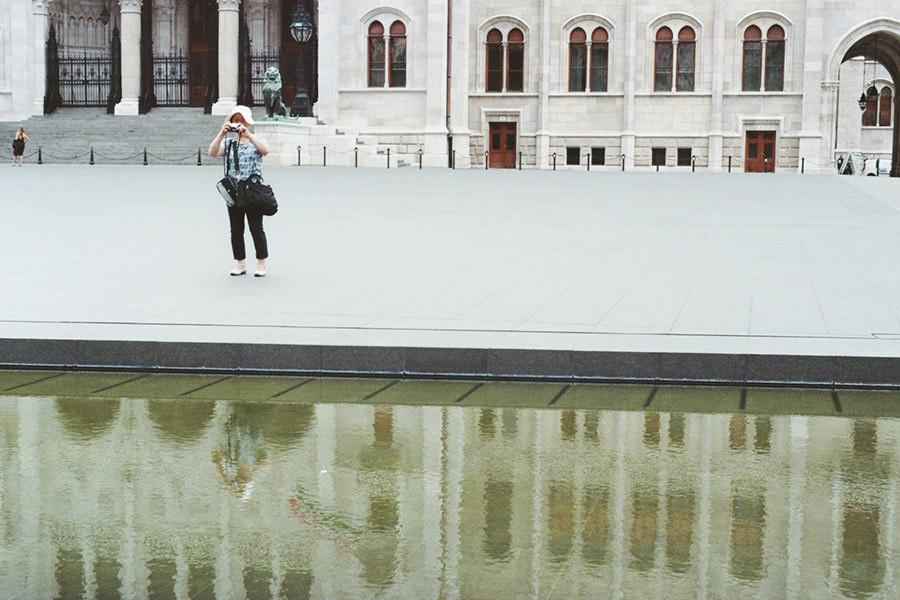 Vor dem Parlamentsgebäude Budapest