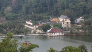 Blick vom Kandy View Point zum Zahntempel