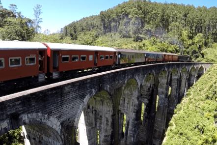 Zug auf der 9 Arches Bridge