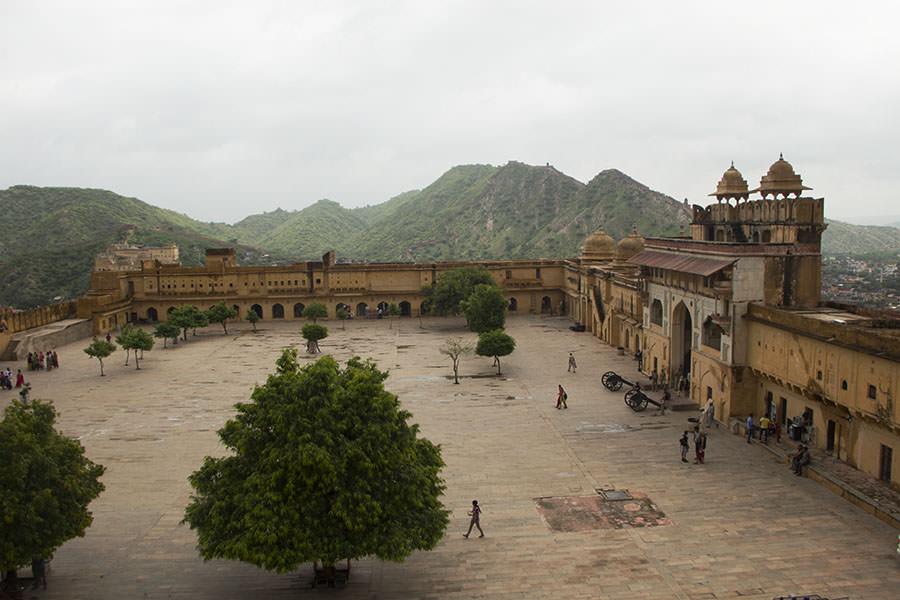 Das Amber Fort mit dem großen Haupttor Suraj Pol (rechts)