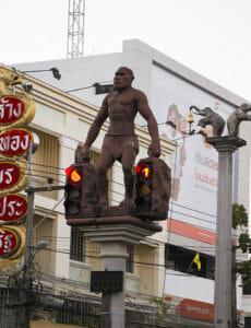 Typisch für Krabi-Town: Ampel und Laternen werden u.a. von Affen und Elefanten gehalten