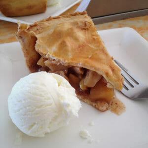 Apfel-Pie mit Vanille-Eis