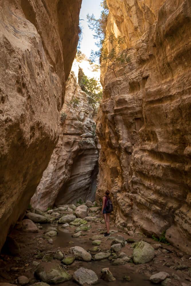 Zwischen den Felsspalten von Avakas Gorge Canyon auf Zypern