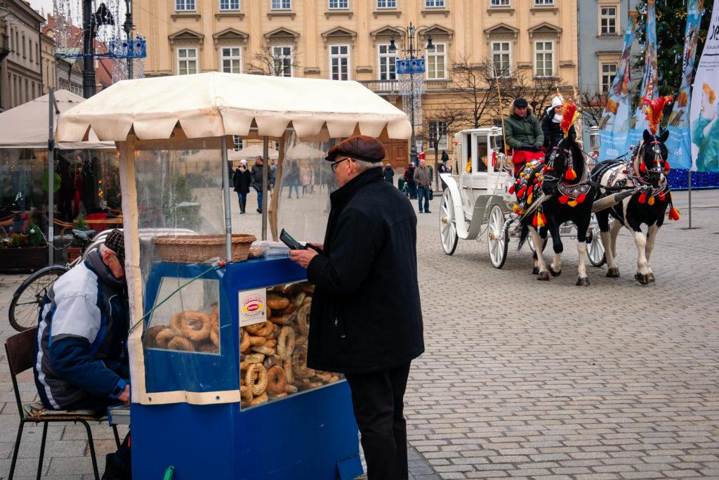 Krakauer Bagel-Verkäufer auf dem Markplatz Rynek Glówny