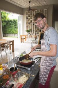 In der Hostel Küche kocht Francis das Pad Thai