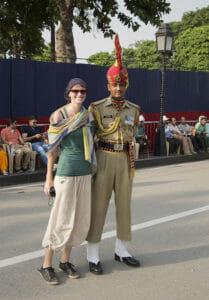Bina mit einem indischen Grenzsoldaten an der Wagah Grenze