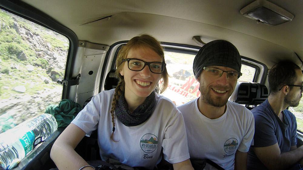 Bina und Francis auf der Rückbank nach Leh