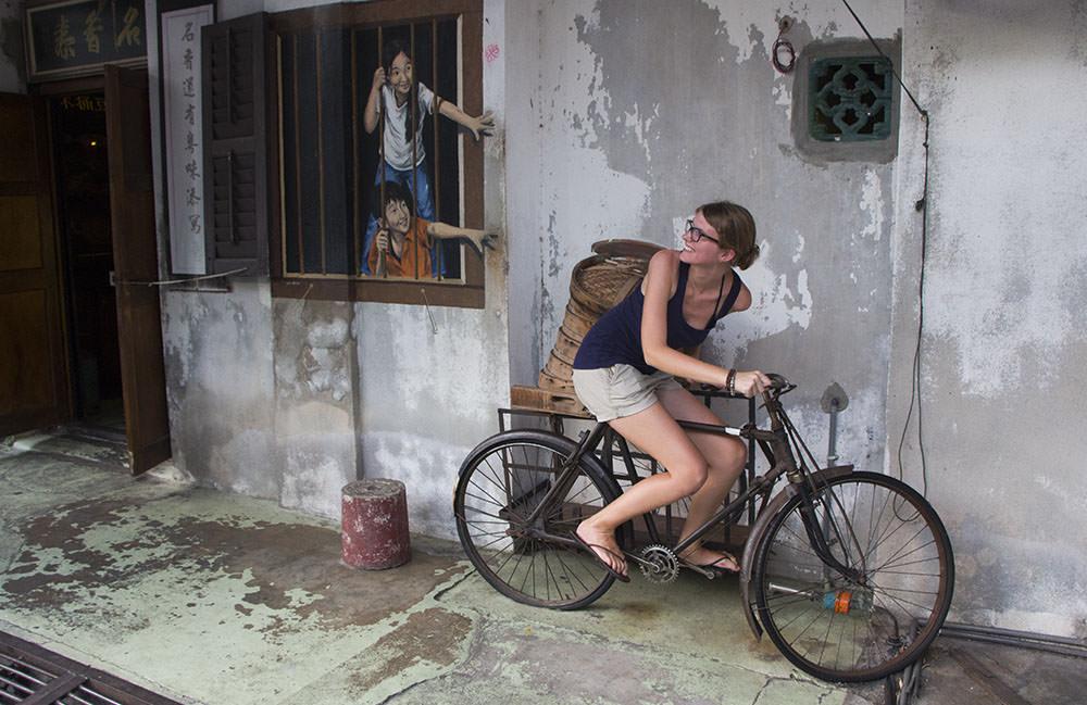 """Streetart """"Brother and Sister"""" mit einem Fahrrad zum draufsetzen"""