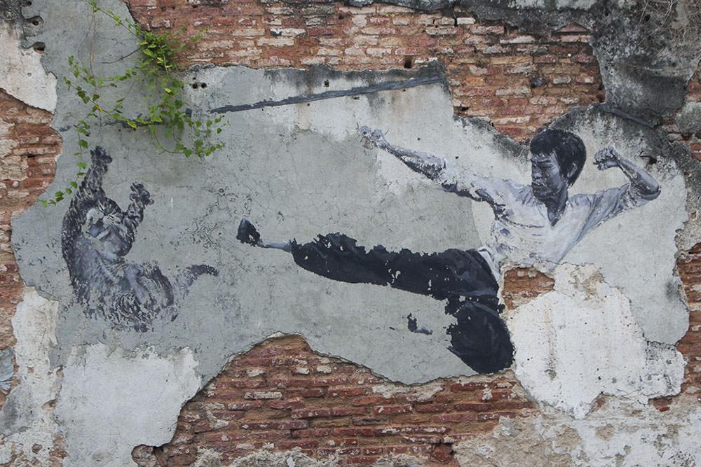 Ein Straßenkunstbild über Bruce Lee in Georgetown (Malaysia)