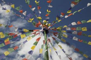 Buddhistische-Fahnen-Ladakh-Himalaya