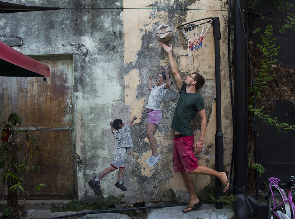 Children Playing Basketball: Straßenkunst in Malaysia