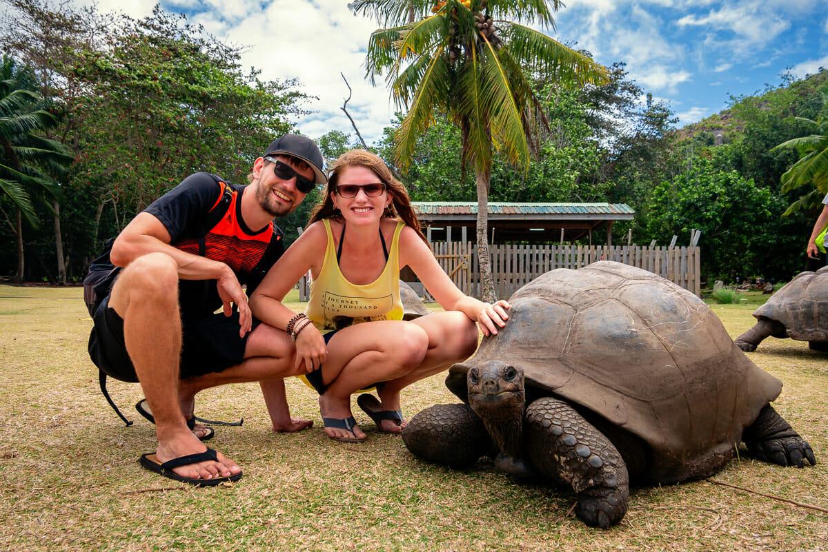 Wir mit einer Riesenlandschildkröte auf der Insel Curieuse