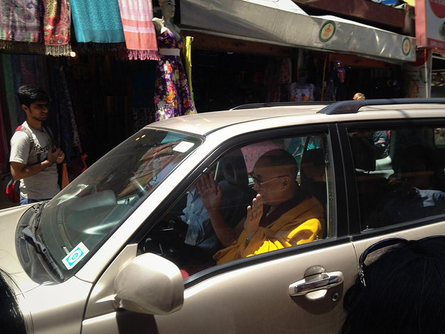Der Dalai Lama fährt durch Dharamsala