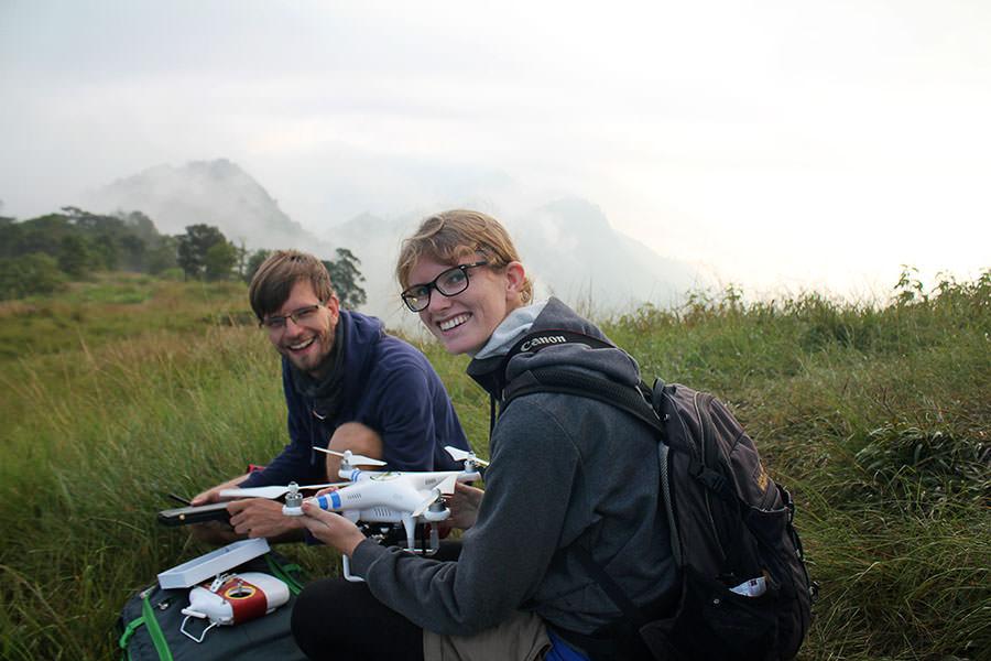 Hier machen wir unsere Phantom 2 Drohne von DJI gerade startklar