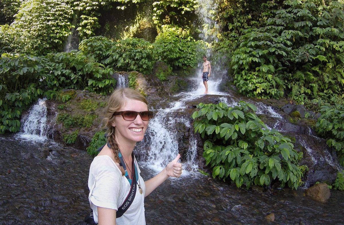 Duschen unter den schönsten Wasserfällen auf Lombok in Indonesien