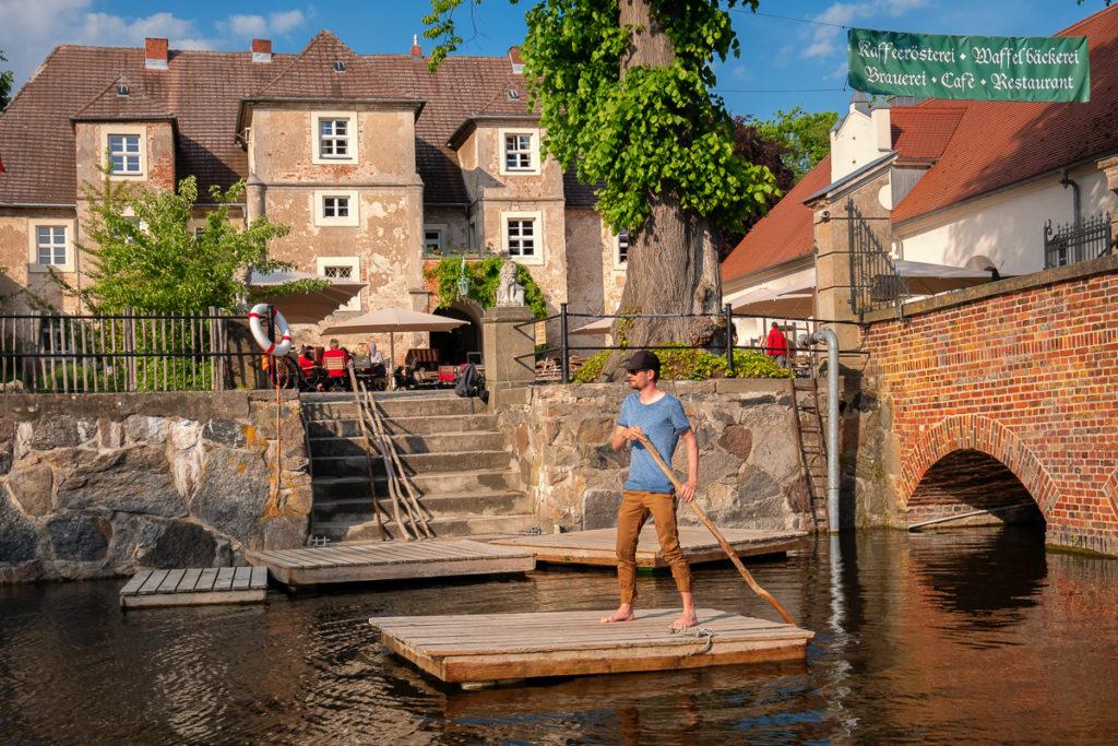 Francis auf dem Floß im Wassergraben