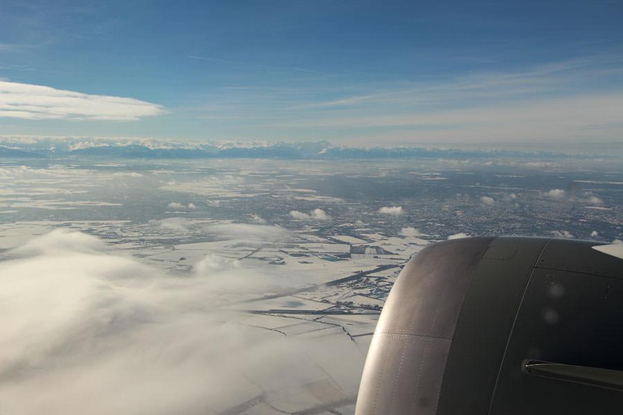 Flug über das verschneite Bayern