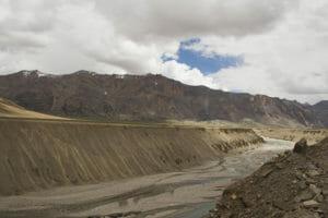 Flussbett-im-Himalaya