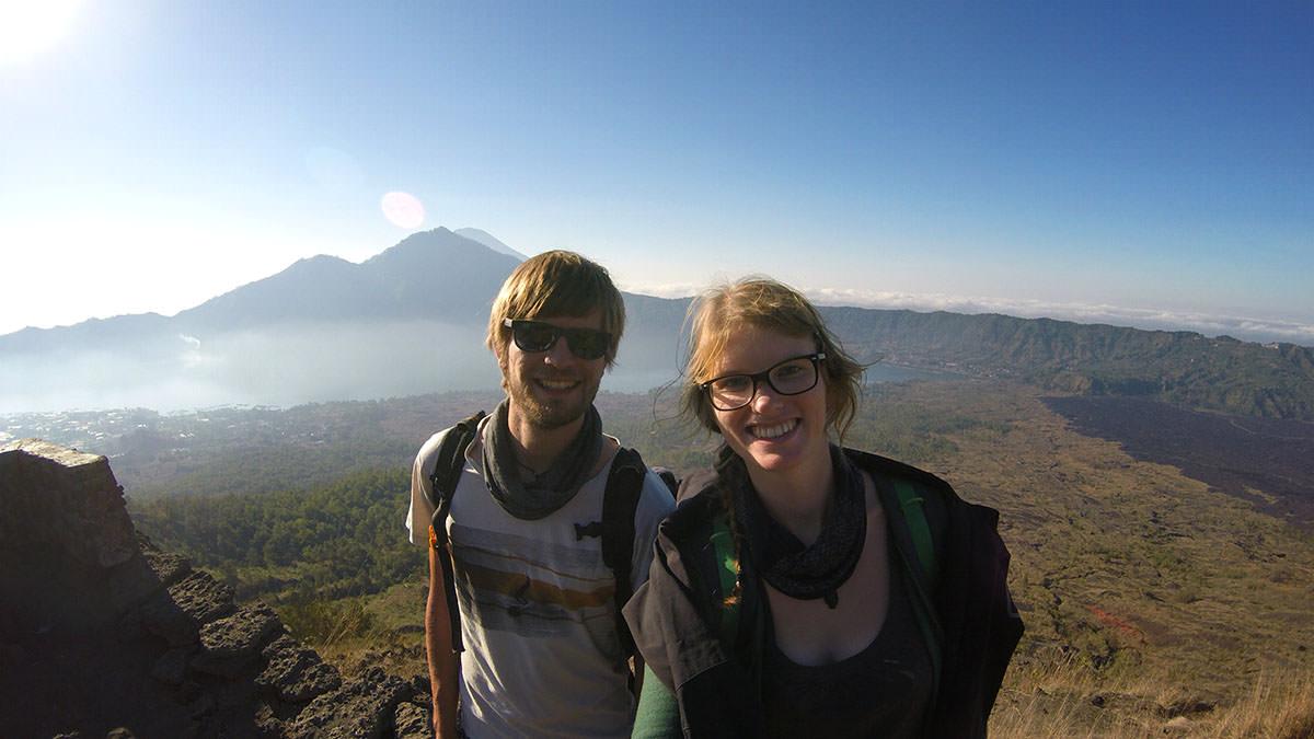 Bina und Francis auf Mount Batur