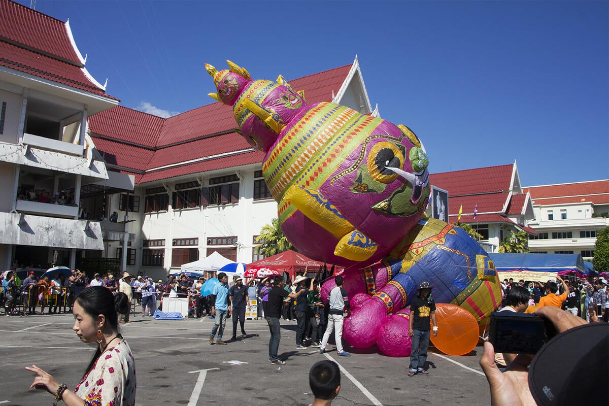 Heißluftballon-Wettbewerb anlässlich des Lichterfestes in Chiang Mai, Thailand