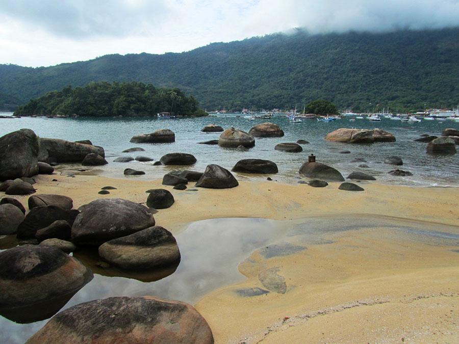 Strand mit Steinen an der Ilha Grande in Brasilien
