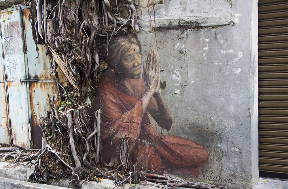 Indian Woman-Streetart: eine alte, indische Frau von Volchkova in Penang