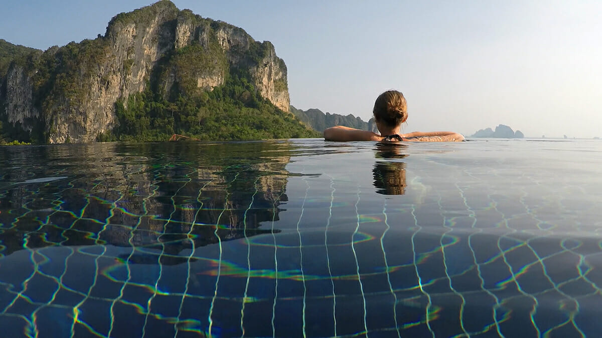 Infinity-Pool im Aonang Cliff Beach Resorts in Krabi, Thailand