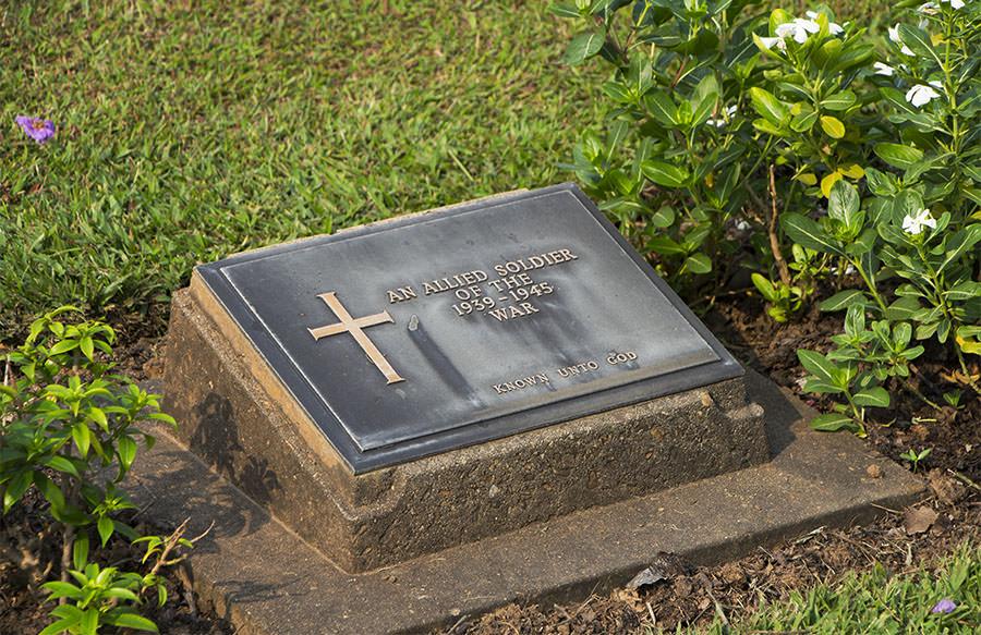 Ein Grab auf dem Soldatenfriedhof in Kanchanaburi