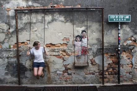 """""""Kids on a Swing"""" - bekanntest Straßenkunst-Bild von den Kindern auf einer Schaukel"""