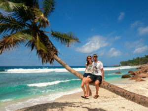 Bina und Francis auf einer Palme, La Digue, Seychellen