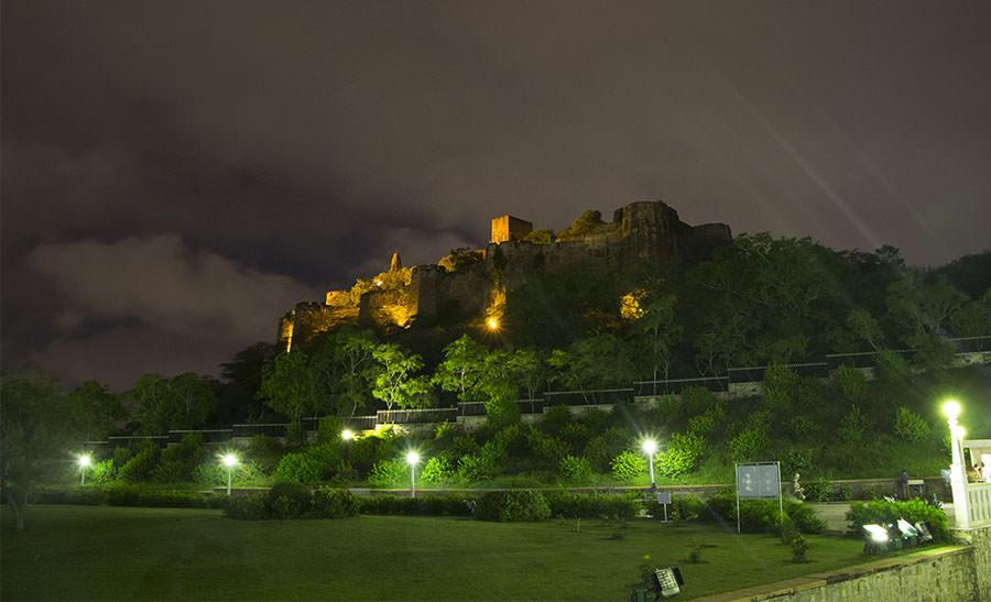 Blick vom Lakshmi Narayan Tempel zum Moti Dungri Fort