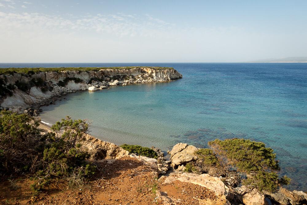 Blick von den Klippen zum Lara Beach im Akamas nationalpark