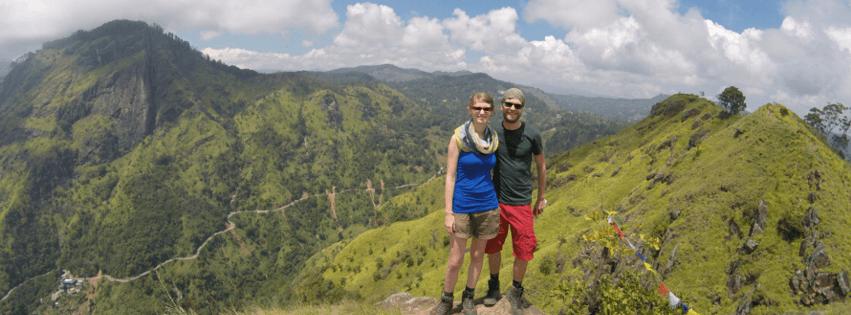 Auf dem Little Adam's Peak in Ella. Im Hintergrund sieht man Ella Rock
