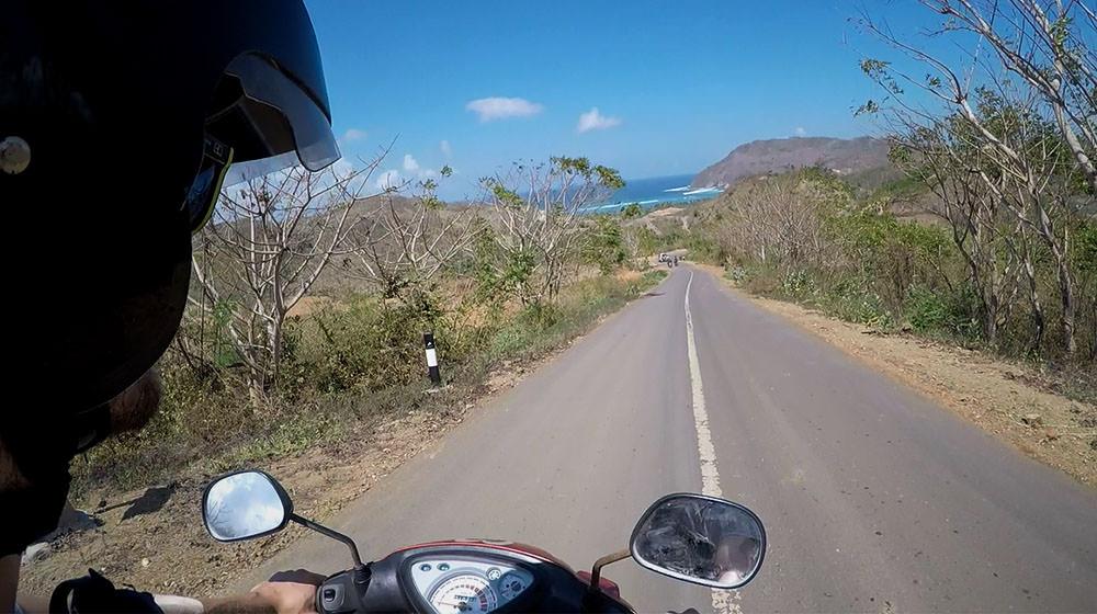 Lass dich dennoch nicht vom Rollerfahren abschrecken! Das Fahren ist auf Lombok sehr einfach und nebenbei kannst du herrliche Aussichten über die Insel genießen.