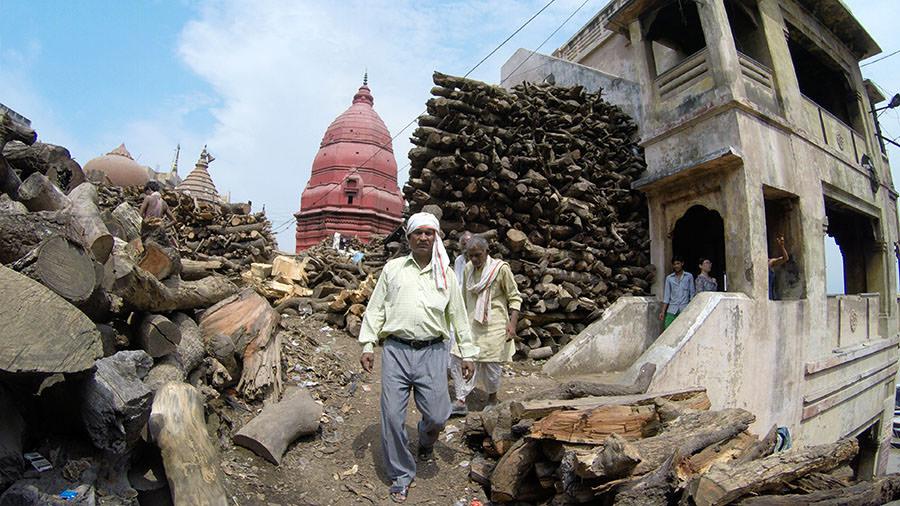 Der Weg zum Manikarnika Ghat führt vorbei an viele Holzstabel