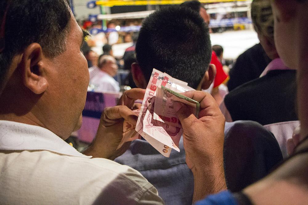 In den Kampf-Pausen wandert viel Geld zwischen den Händen