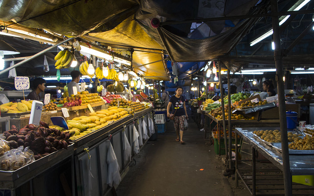Obsthaendler-Nachtmarkt-Krabi-Thailand