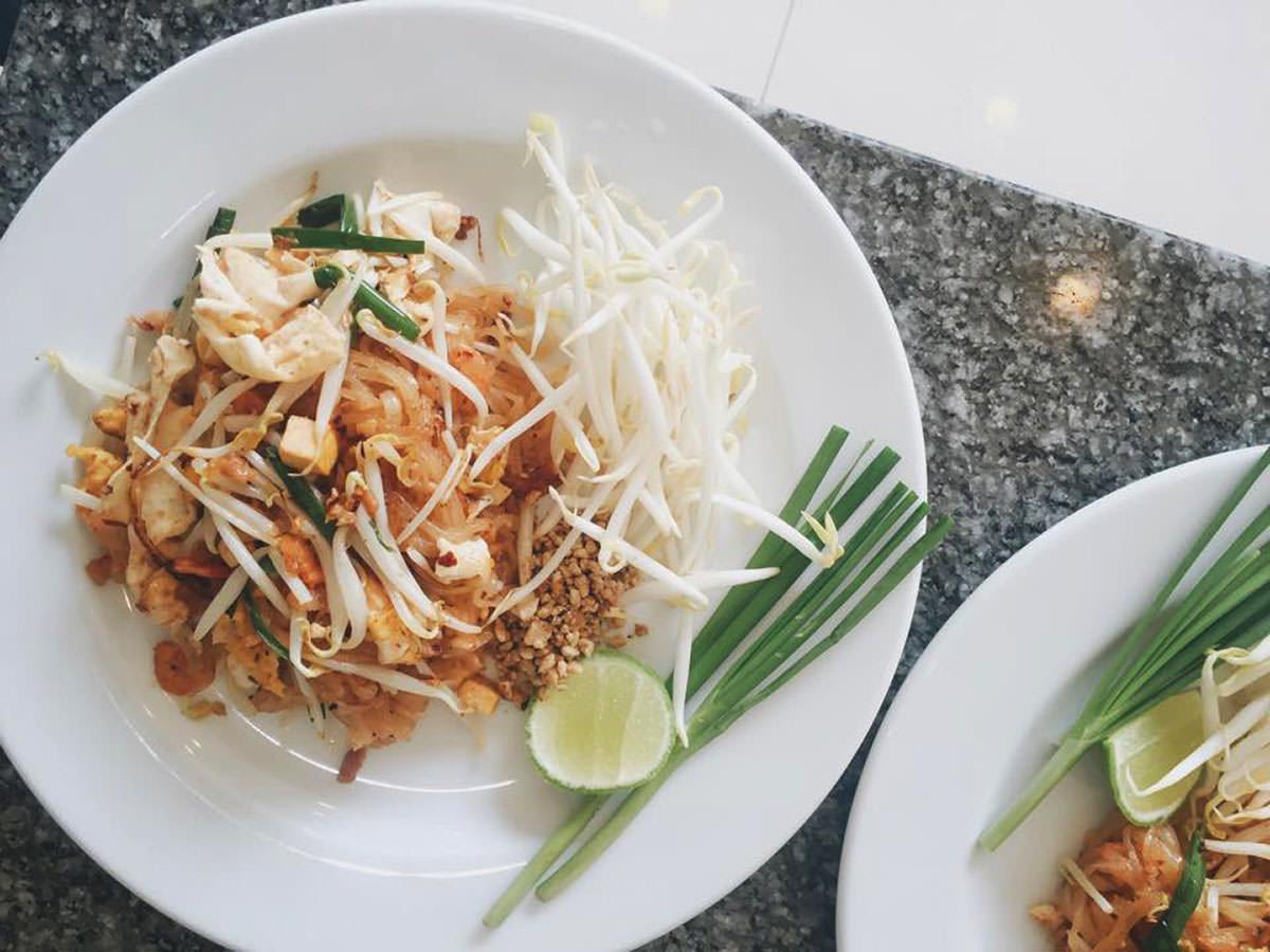 Fertiges Pad Thai auf dem Teller