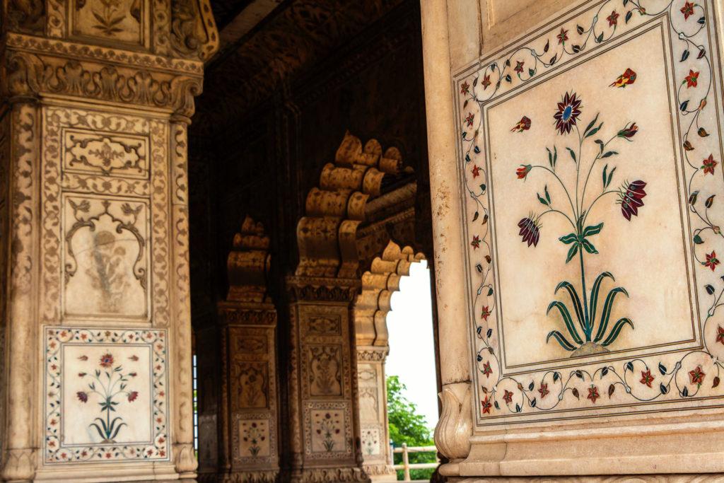 Ornamente im Palast des Roten Fortes in Old Delhi