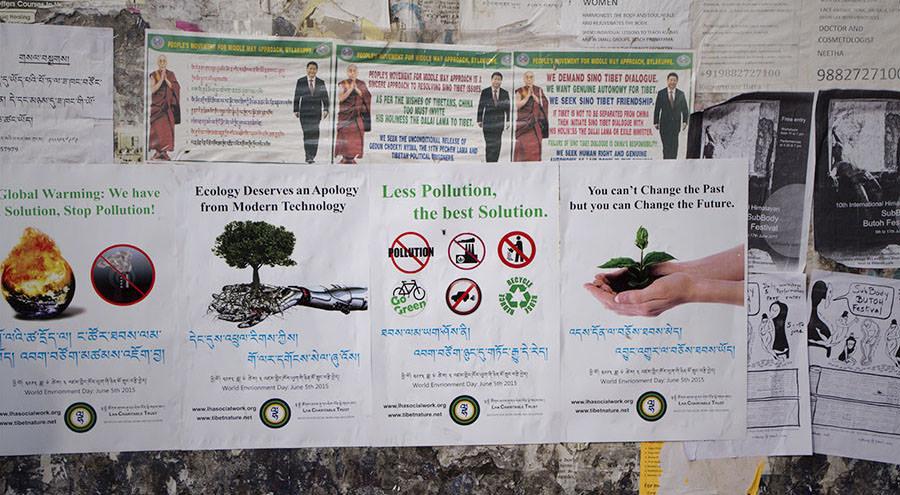 Plakate für Umweltschutz zwischen Yoga- und Festivalwerbung