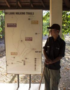 Ranger erklärt Routen durch Komodo-Nationalpark