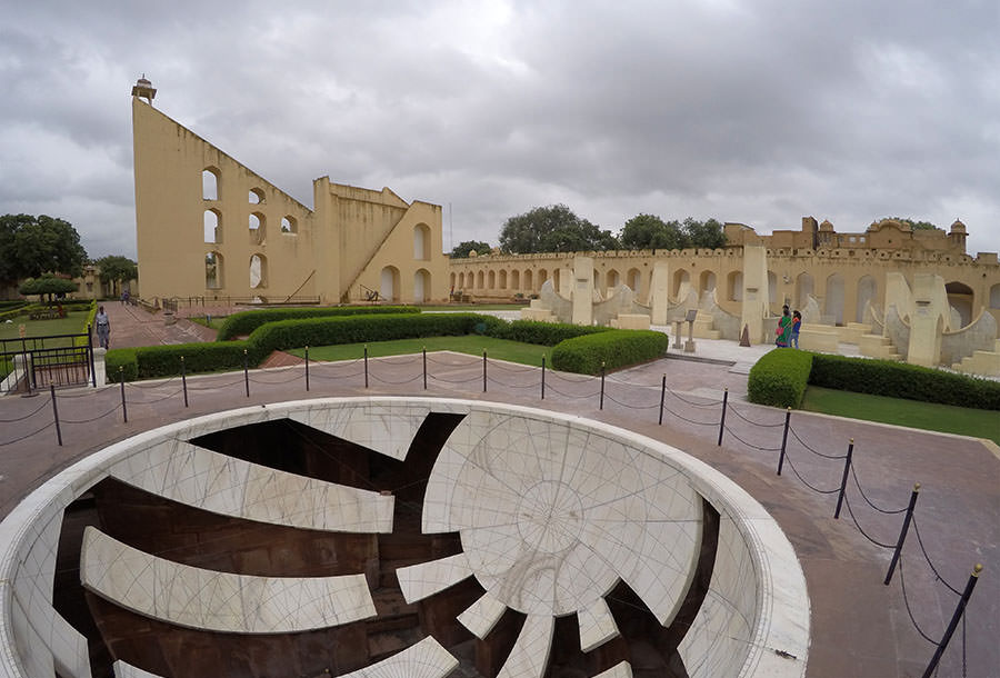 Das Freiluftobservatorium Jantar Mantar mit seinen riesigen Messgeräten