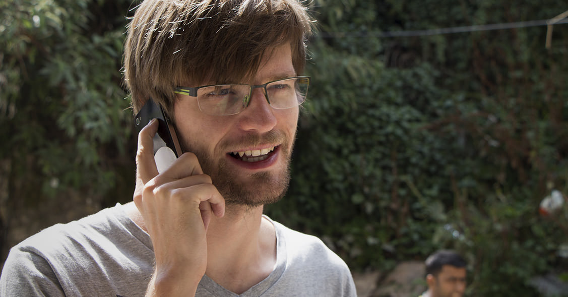 Francis telefoniert in Indien