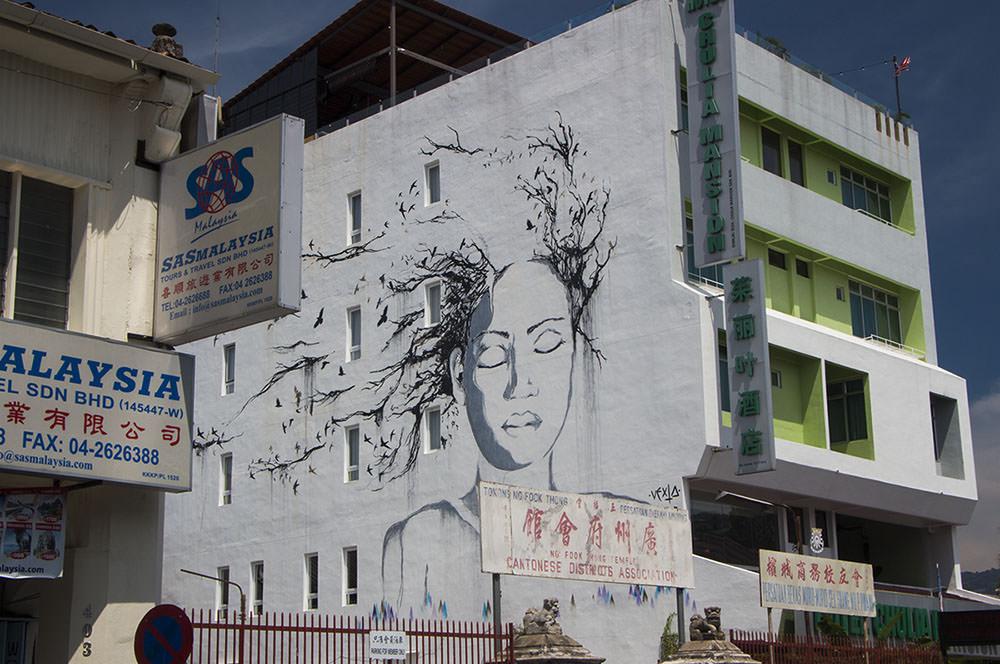 Riesiges Streetart einer Frau mit Vogelhaar