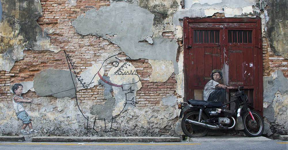 Little Boy with Pet Dinosaur und Old Motorcycle - zwei schöne Streetarts in Penang