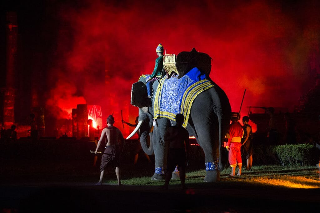 Elefant bei der Sound & Light-Show zum Lichterfest Loy Krathong in Sukothai, Thailand