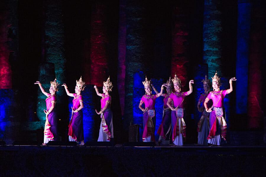 Tänzerinnen bei der Sound & Light-Show zum Lichterfest Loy Krathong in Sukothai, Thailand