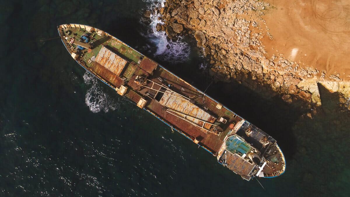 Das Edro III Schiffswrack an der Küste vor Peyia in Zypern