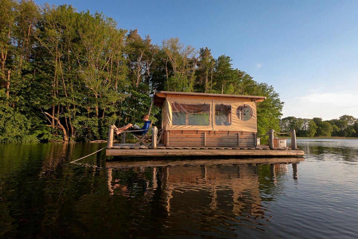 Übernachtung mit unserem Floss mitten auf dem Vilzsee