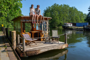 Urlaub in Deutschlands Seenland: Mit Floß unterwegs auf der Mecklenburgischen Kleinseenplatte